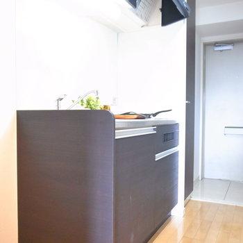 手前に冷蔵庫スペースがあります。