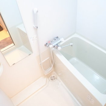 浴室・浴槽はコンパクト。