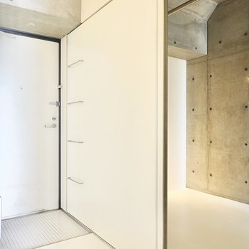 靴箱の扉は洋室の扉でもあるので、片方を閉めると、もう片方が開く仕組みです。(※写真は10階の同間取り別部屋のものです)