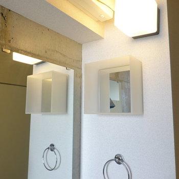 照明、かと思いきや鏡付きの棚なんです。お肌の必需品はこちらに。(※写真は10階の同間取り別部屋のものです)