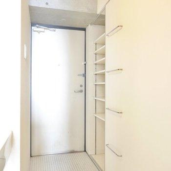 お部屋の最後は玄関。白で統一された空間で、タタキはフロアとほぼほぼフラットです。(※写真は10階の同間取り別部屋のものです)