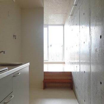 玄関を入って正面のスキップフロアを上がると洋室へ。(※写真は10階の同間取り別部屋のものです)