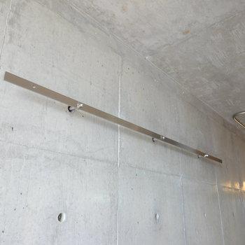背面の壁にはコンクリの穴に取り付けたステンレスバー。魅せる収納に使いましょう!(※写真は10階の同間取り別部屋のものです)