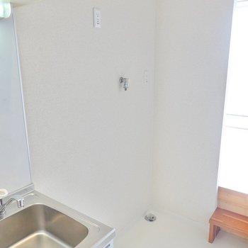 キッチンの隣には冷蔵庫置場。洗濯機置場もここです。(※写真は10階の同間取り別部屋のものです)