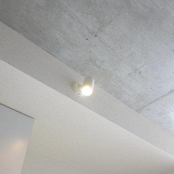 キッチン上の照明がコレ。最小限で最大限を引き出してる感。(※写真は10階の同間取り別部屋のものです)