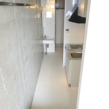 玄関前にはキレイなキッチンと独立洗面台。(※写真は10階の同間取り別部屋のものです)