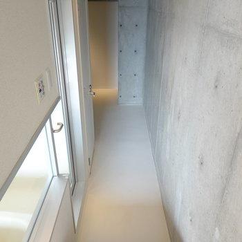 左手前にお風呂、その奥にトイレ、さらに奥には寝室スペースがある構造です。(※写真は10階の同間取り別部屋のものです)