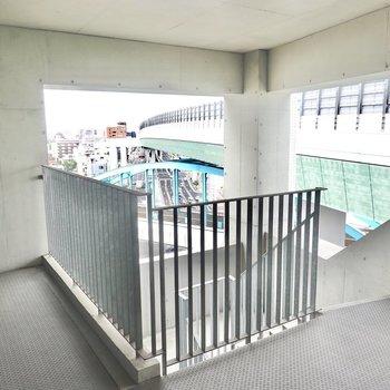 エレベーターの前には階段も。