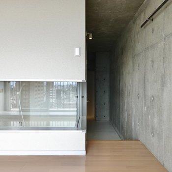 キッチンとは反対側の通路から、お待ちかねのお風呂を見てみましょう。(※写真は10階の同間取り別部屋のものです)