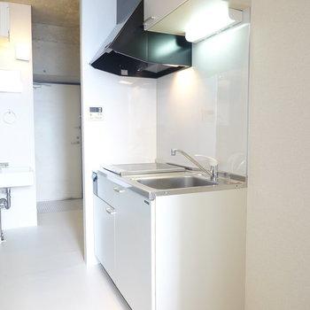 部屋に馴染む白のキッチン。周りのスペースもちょっと広いので調理台用のワゴンも置けそう。(※写真は10階の同間取り別部屋のものです)