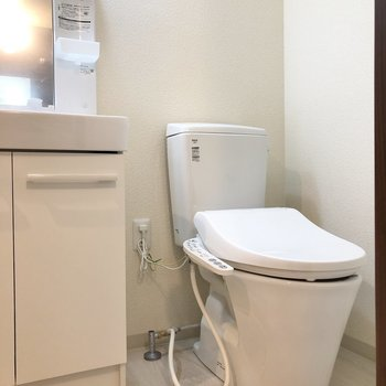 その隣にはトイレがあります。※写真は1階の反転間取り別部屋のものです