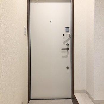 玄関はコンパクト。※写真は1階の反転間取り別部屋のものです