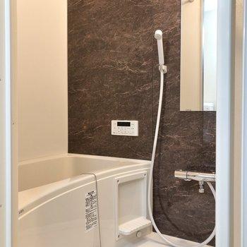 上品感あふれるバスルーム。追焚・浴室乾燥機能付きです。※写真は1階の反転間取り別部屋のものです