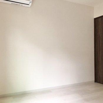 ベッドはこちらに沿わせても◎※写真は1階の反転間取り別部屋のものです