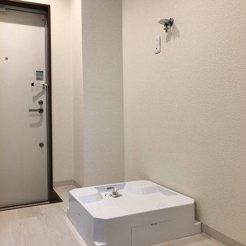 玄関近くに洗濯機置き場があります。※写真は1階の反転間取り別部屋のものです