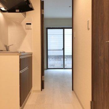 キッチンスペースに窮屈さはありません。※写真は1階の反転間取り別部屋のものです