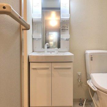 シャワーノズルの洗面台。※写真は1階の反転間取り別部屋のものです