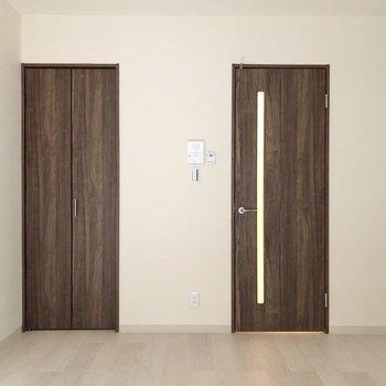ダークブラウンが空間をピシっと締めます。※写真は1階の反転間取り別部屋のものです