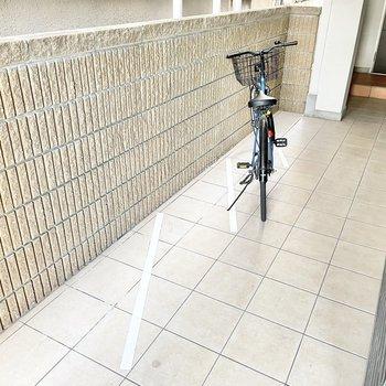 共用部】駐輪場は建物内で、盗難の心配ものなさそう。
