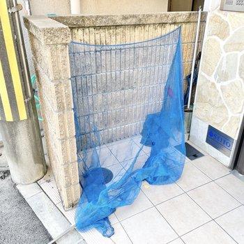 共用部】ゴミ捨て場はエントランス前に。
