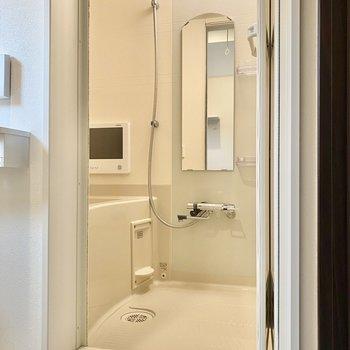 浴室乾燥機付きのお風呂。丸みを帯びた鏡がキュートです。