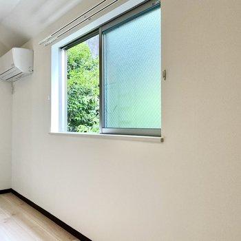 窓に映るグリーンがさわやか。