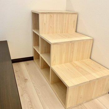 階段兼ボックスシェルフ。小ぶりで可愛らしい印象。