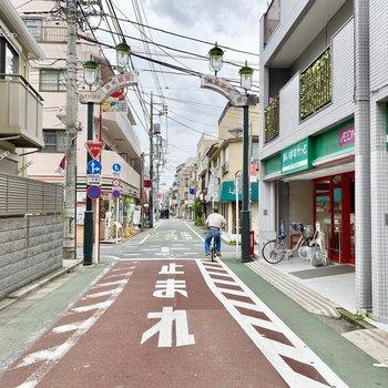 お部屋から駅までの道のりには商店街がありました。
