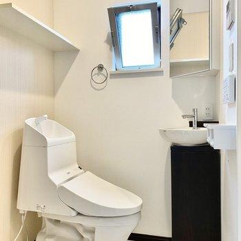 お手洗いは温水洗浄便座付き。小窓があるので換気もラクラクです。