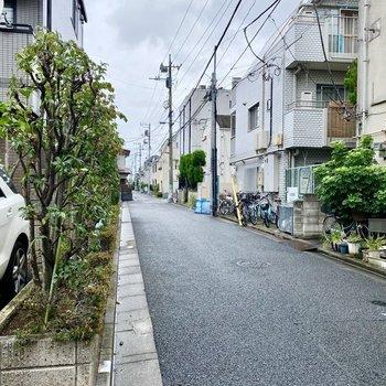 お部屋近くの通り。人通りは少なく静かな印象。