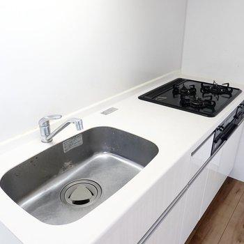 グリル付きの3口コンロ。シンクが広めで洗い物の際もごちゃごちゃしづらい。