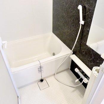 追い焚き付きの長湯もできるお風呂。浴室乾燥機付きなので雨の日でも洗濯物をしっかり干せます。