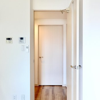 キッチン横のドアから廊下へ。右が脱衣所、左が玄関、正面が洋室という部屋配置です。