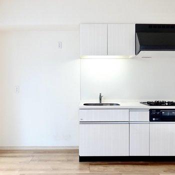 システムキッチンもお部屋に合わせてあり素敵。左側の家電置き場も広めで嬉しい。