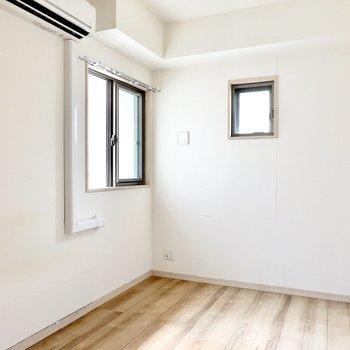 洋室は5.4帖で安心できるおこもり感。右の壁には収納。
