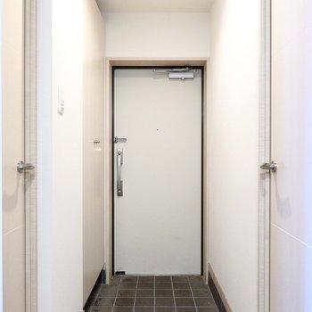 玄関の左側の壁には天井まで高さのあるトールサイズの靴箱。