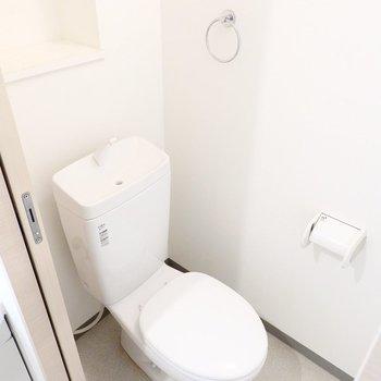 おトイレはシンプルですがウォシュレットの後付が可能。収納も備え付け。