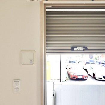 電動シャッター付きなので視線のカットだけでなく防犯性も高められます。