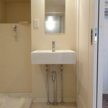 脱衣所正面にコンパクトな洗面台※写真は前回募集時のものです