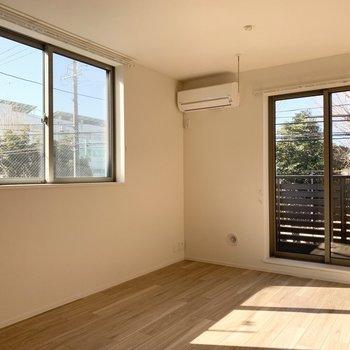 2面採光でたっぷり陽が入ります。掃き出し窓は西向きですが、南向きの開口もしっかりあるので明るい室内◎(※写真は3階の同間取り別部屋のものです)