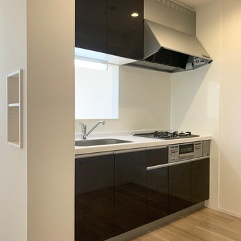 キッチンは囲まれた空間です。(※写真は3階の同間取り別部屋のものです)