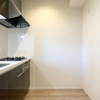 しっかりスペースがあるので、キッチン家電や食器棚もすんなり収まりそうです。(※写真は3階の同間取り別部屋のものです)