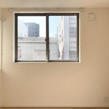 【洋6.1】南と東の窓からお日様が入ります。寝室にしたら朝日を浴びながら起床できますね◎(※写真は3階の同間取り別部屋のものです)