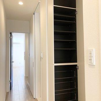 シューズボックスも床から天井までたっぷり。(※写真は3階の同間取り別部屋のものです)