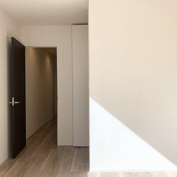 【洋6.1】廊下へのドアのお隣に気になる扉が。(※写真は3階の同間取り別部屋のものです)