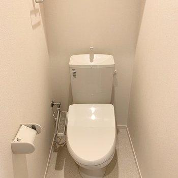 おトイレは玄関の向こうのドア。ウォシュレット付です。(※写真は3階の同間取り別部屋のものです)