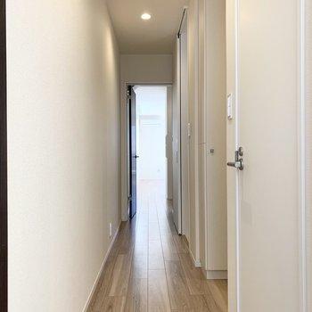 玄関はおトイレの向こう側。(※写真は3階の同間取り別部屋のものです)