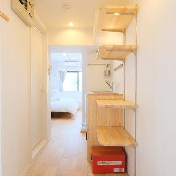 白いタイルの玄関は、稼働棚で収納もばっちり◎