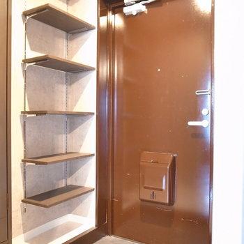 かなりコンパクトな玄関。靴はその都度出し入れしましょう。※写真は前回募集時のものです