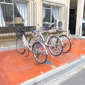 【共用部】駐輪場はマンション前にあります。
